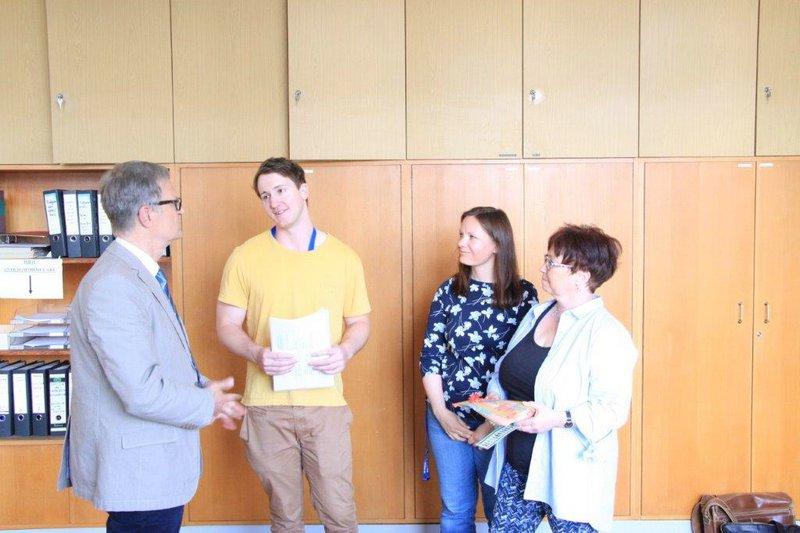 Feierliche Übergabe des Endgutachtens / Teilnahmezertifikats sowie eines kleinen Abschiedsgeschenks durch den Schulleiter Herrn Haep