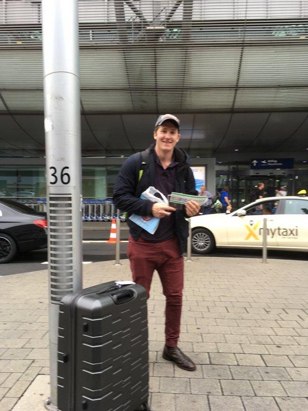 Fremdsprachenassistent Bryce Priebe am Flughafen – mit Backpack back to Australia